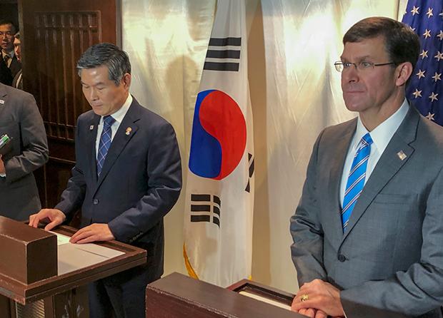 지난 17일  방콕에서 열린 아세안확대국방장관회의에서 마크 에스퍼 미 국방장관과 정경두 한국 국방부 장관이 기자회견을 하고 있다.