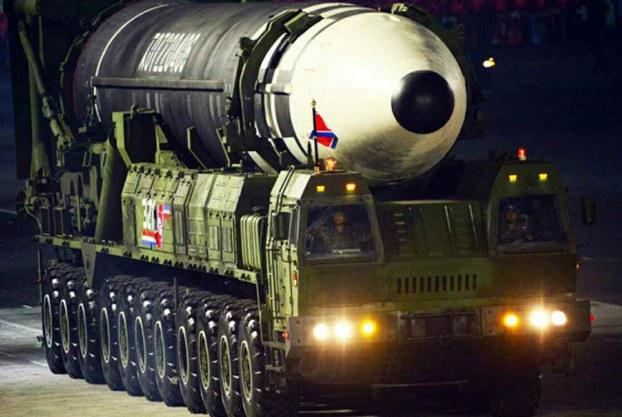 북한이 노동당 창건 75주년 기념 열병식에서 공개한 신형 대륙간탄도미사일(ICBM). 신형 ICBM은 화성-15형보다 미사일 길이가 길어지고 직경도 굵어졌다.