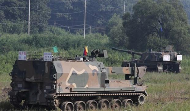 지난 2017년 8월 한미연합훈련 을지프리덤가디언(UFG) 연습에서 경기도 파주시 접경지역에서 K-10 탄약운반장갑차(앞쪽)와 K-9 자주포가 대기하고 있다.