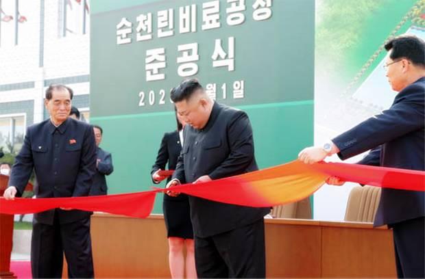 북한 김정은 국무위원장이 지난 1일 순천인비료공장 준공식 테이프를 가위로 자르고 있는 모습.