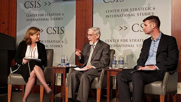 18일 미 전략국제문제연구소(CSIS)가 워싱턴 DC에서 개최한 핵안보 관련 토론회에서 발언하는 로버트 저비스 콜럼비아대 교수 (가운데). 왼쪽은 레베카 허스만 CSIS 핵문제프로젝트 국장, 오른쪽은 피터 싱어 뉴아메리카 선임연구원.