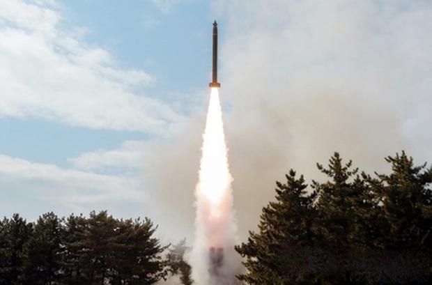 사진은 중앙통신 홈페이지에 공개된 방사포 발사 장면.