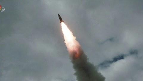 사진은 지난 8월 16일 '북한판 에이태킴스'로 불리는 단거리 탄도미사일이 표적을 향해 비행하는 모습.