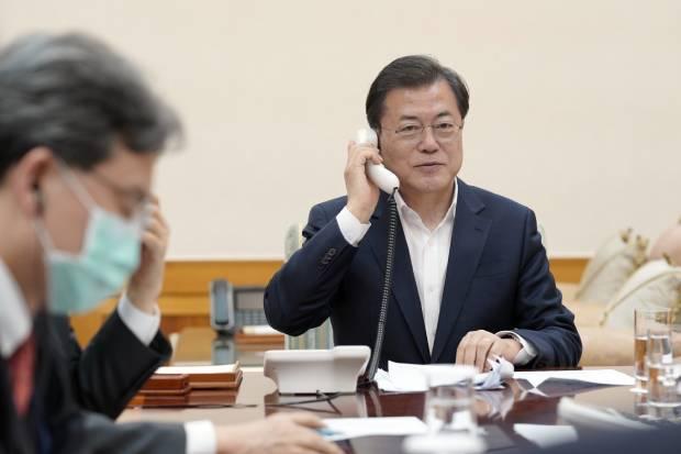 문재인 대통령이 24일 오후 청와대 관저에서 도널드 트럼프 미 대통령과 통화하고 있다.