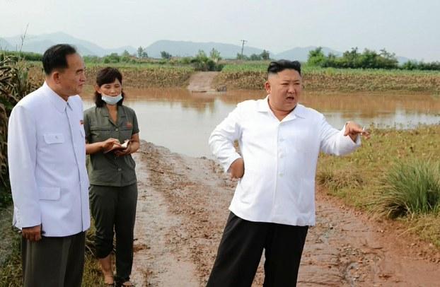 김정은 북한 국무위원장이 황해북도 은파군 대청리 수해현장에 직접 방문한 모습.