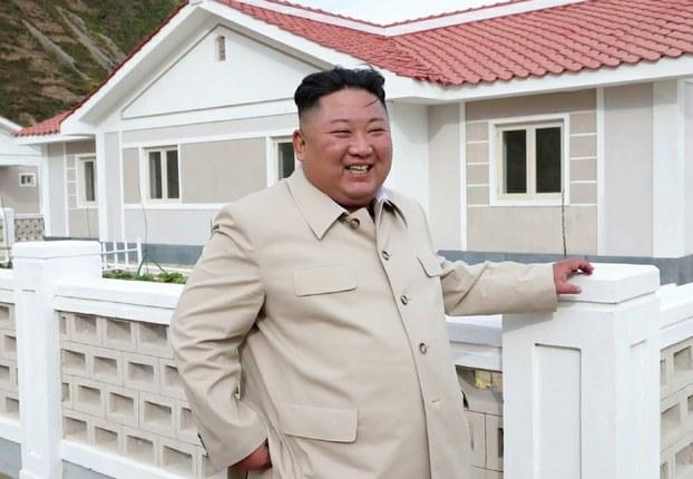 김정은 북한 국무위원장이 함경남도 신포와 홍원군 등 동해안 태풍 피해 복구 현장을 연달아 시찰했다고 조선중앙TV가 15일 보도했다.