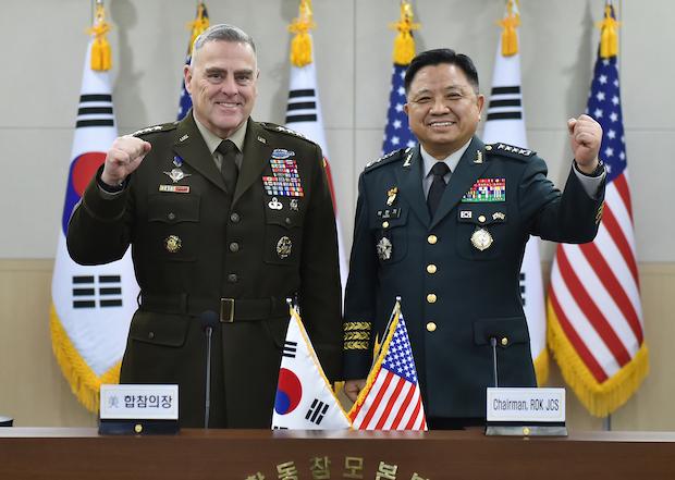 박한기 합참의장(오른쪽)과 마크 밀리 미국 합참의장이 14일 서울에서 열린 제44차 군사위원회(MCM) 회의에서 기념촬영을 하고 있다.
