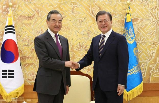문재인 대통령이 26일 오후 청와대에서 왕이(王毅) 중국 외교담당 국무위원 겸 외교부장을 만나 악수하고 있다.