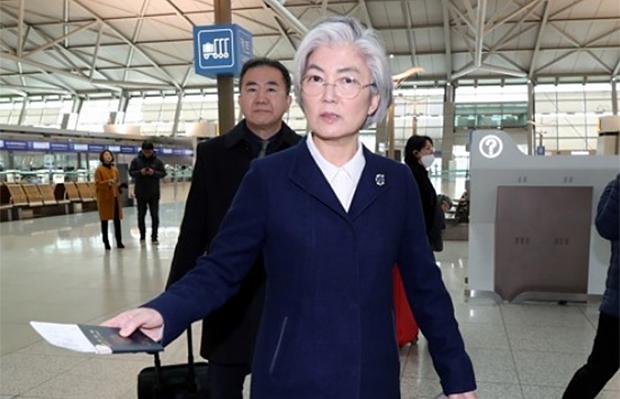 강경화 외교부 장관이 13일 오전 독일 뮌헨에서 열리는 뮌헨안보회의(MSC)에 참석하기 위해 인천국제공항 1터미널을 통해 출국하고 있다.