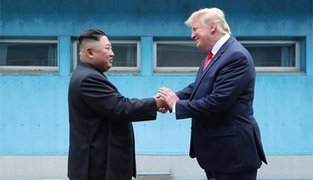 김정은 북한 국무위원장과 도널드 트럼프 미국 대통령이 6월 30일 판문점에서 만나는 모습.