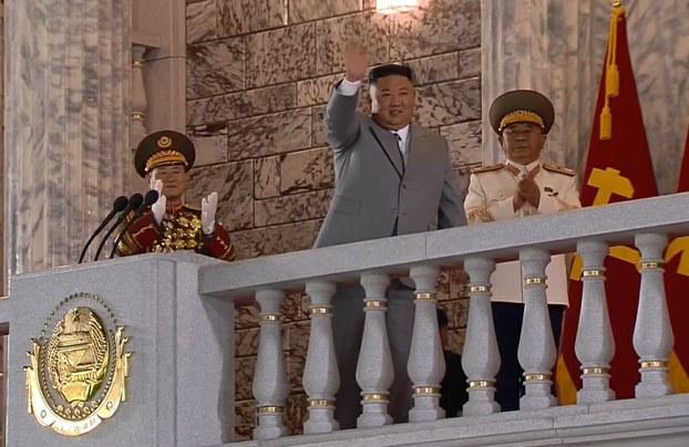노동당 창건 75주년을 맞아 열린 열병식에서 김정은 국무위원장이 주민들에게 손을 들어 인사하고 있다.