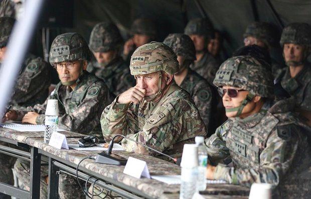 로버트 에이브럼스 한미연합사령관 겸 주한미군 사령관(가운데)이 지난 23일 최병혁 연합사 부사령관(오른쪽)과 남영신 지상작전사령관 등과 함께 영평사격장(로드리게스)에서 실시된 한국군 제5포병여단 실사격훈련을 참관하고 있다.