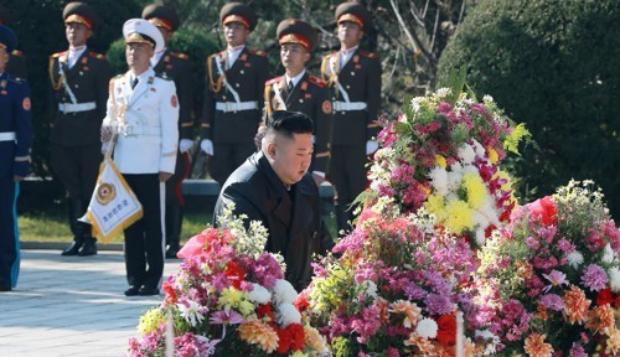 김정은 북한 국무위원장이 지난달 중국의 6·25전쟁 참전 70주년을 맞아 평안남도 회창군에 있는 중공군 열사능을 참배하고 있다.