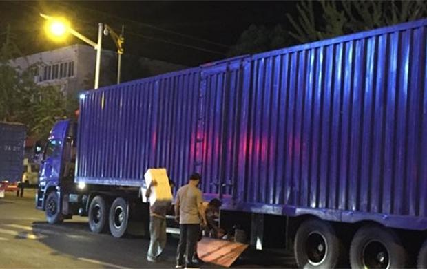 북·중 접경지대인 단둥 시내에서 북한 무역차량 트럭 짐칸에 물품 싣는 무역상들.