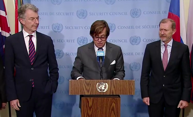 8일 니콜라 리비에르 유엔 주재 프랑스 대사가 6개국 공동성명을 발표하고 있다.