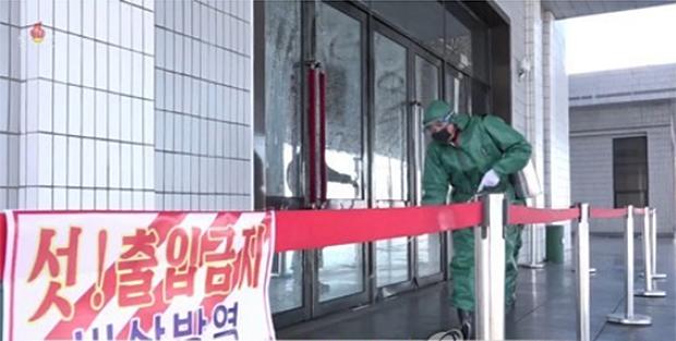 북한 보건당국이 신종 코로나바이러스 감염증(코로나19)을 차단하기 위해 위생방역 사업을 하는 모습.