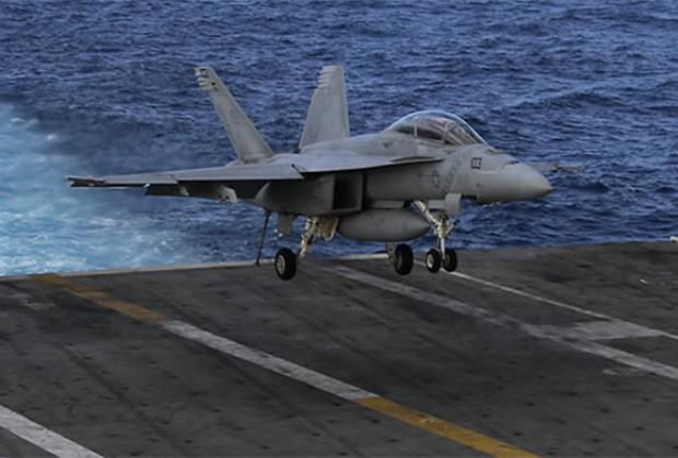동해상에서 열린 한미 연합훈련에서 미국 핵추진 항공모함 로널드 레이건호의 갑판에서 전투기가 착륙하고 있다.