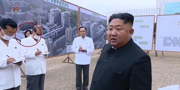 지난달 20일 북한 김정은 국무위원장이 평양종합병원 건설현장을 현지지도하는 모습. 김 위원장의 동생인 김여정(붉은 원) 노동당 제1부부장이 함께 수행하고 있다.