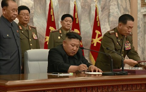 북한 김정은 국무위원장이 노동당 중앙군사위원회 제7기 제4차 확대회의를 주재했다고 조선중앙TV가 24일 보도했다. 김 위원장이 마스크를 쓰지 않은 채로 군 고위 간부들에게 둘러싸여 명령서 등 문서에 서명하고 있다.