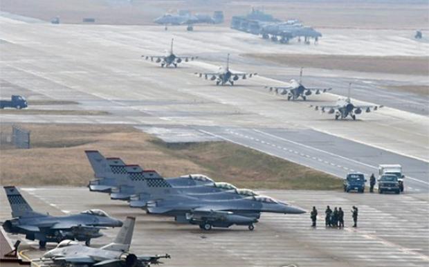 미국 공군 제36 전투비행단 F-16 파이팅 팔콘들이 오산 공군기지에서 이동하는 모습.