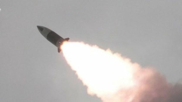 사진은 17일 조선중앙TV가 공개한 '북한판 에이태킴스'로 불리는 단거리 탄도미사일이 표적을 향해 비행하는 모습.