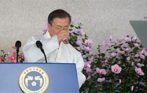 문재인 대통령이 15일 오전 천안 독립기념관 겨레의 집에서 열린 제74주년 광복절 경축식에서 경축사를 하던 중 물을 마시고 있다.