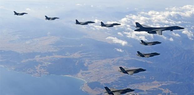 사진은 2017년 한미 연합공중훈련 '비질런트 에이스(Vigilant Ace)에서 한반도 상공에 미국의 장거리전략폭격기 B-1B '랜서' 1대와 한미 양국 전투기들이 함께 편대비행하고 있는 모습.