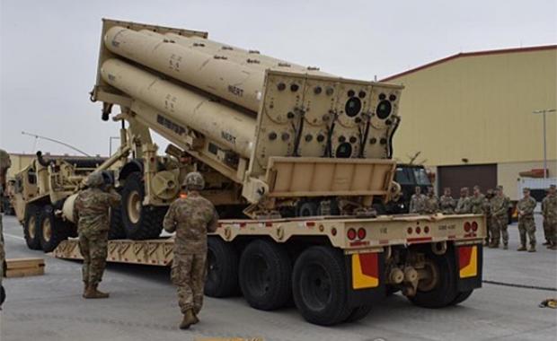지난 4월 주한미군이 지난주 평택 미군기지에서 '비활성화탄(inert)'을 사드(THAAD·고고도 미사일방어체계) 발사대에 정착하는 훈련을 하는 모습.
