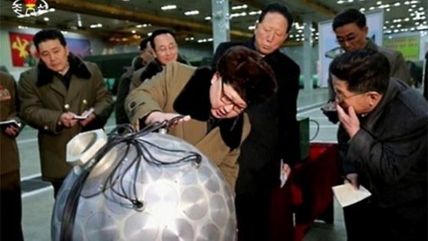 김정은 국무위원장이 2017년 3월 핵무기 연구 부문 과학자, 기술자들을 만나 핵탄두 기폭장치 추정 물체를 살펴보고 있다.