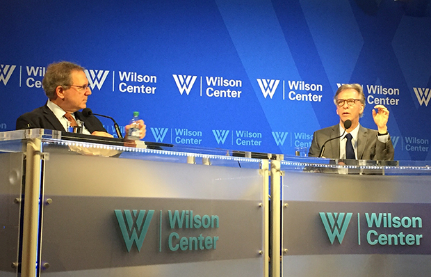 미국 워싱턴 DC 우드로윌슨센터가 8일 개최한 출판물 발간 행사에 참석한 데이비드 생어 뉴욕타임즈 기자(좌) 및 로버트 리트왁 우드로윌슨센터 국제안보연구국장(우).