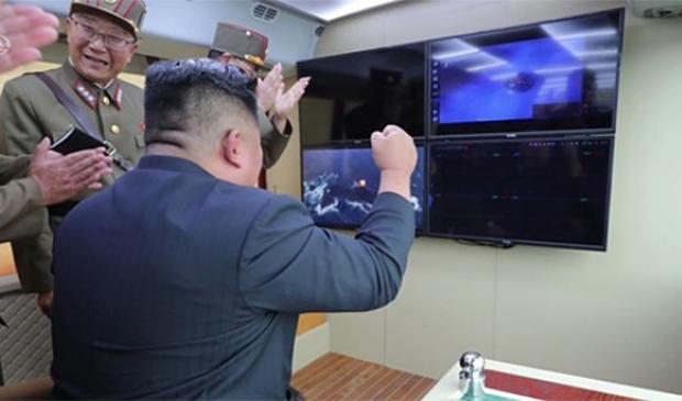 지난 8월 김정은 국무위원장이 지휘소 모니터로 새 무기 시험사격을 바라보고 있다.