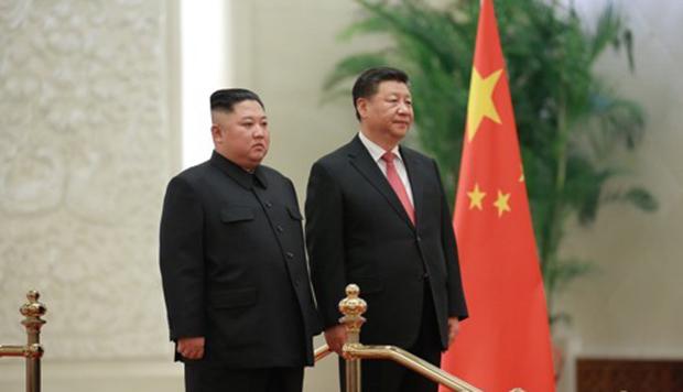 지난 8일 인민대회당에서 김정은 북한 국무위원장이 시진핑 중국 국가 주석과 중국 인민해방군 사열을 받고 있다.