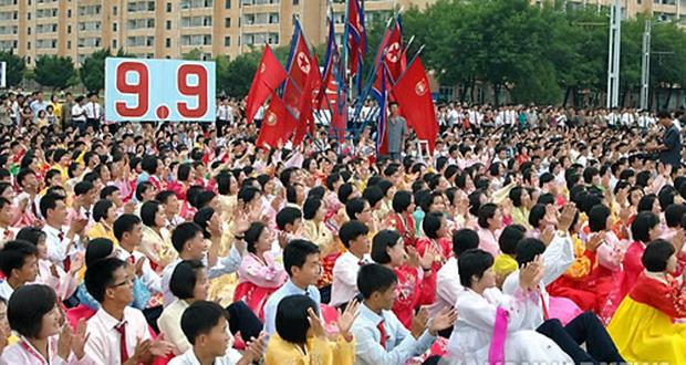 북한 정권 65주년인 지난 2013년 북한 주민들이 평양 당창건기념탑광장에서 열린 청년중앙예술선전대 공연을 보고 있다.