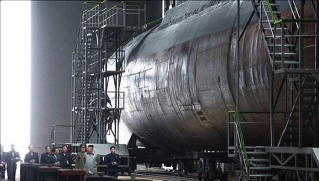 김정은 북한 국무위원장이 새로 건조한 잠수함을 시찰했다고 조선중앙통신이 23일 보도했다. 중앙통신이 이날 홈페이지에 공개한 사진.