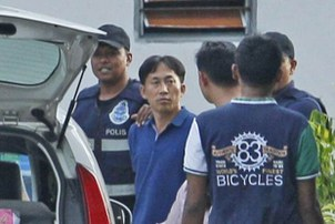 김정남 암살 사건의 용의자로 체포된 북한 국적자 리정철(46)이 지난 18일 조사를 받기 위해 말레이시아 경찰에 의해 말레이시아 쿠알라룸푸르 세팡경찰서로 연행되고 있다.