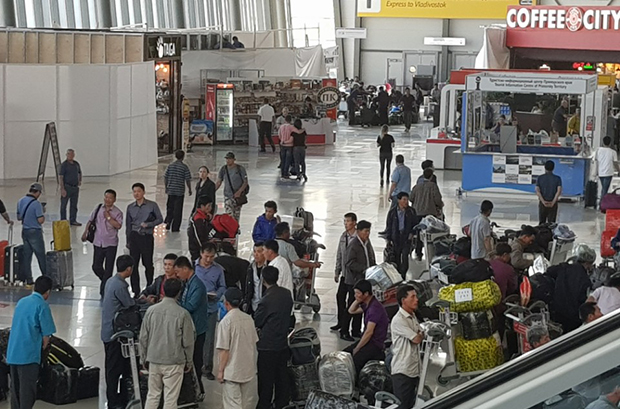 사진은 2018년 블라디보스톡 국제공항에서 북한 건설 노동자 50~60여명이 평양행 고려항공 TU-204기종을 타기 위해 수속하는 모습.