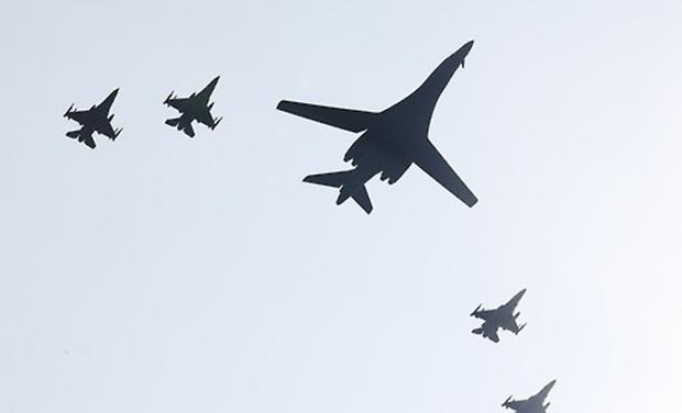 미국의 장거리 전략폭격기 B-1B '랜서'가 13일 오전 경기도 평택시 주한미군 오산공군기지 상공을 비행하고 있다.