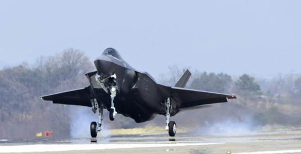 한국 공군의 최초 스텔스 전투기 F-35A가 청주 공군기지에 착륙하고 있다.