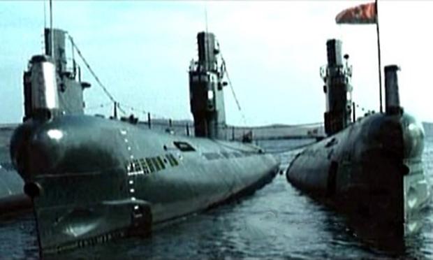사진은 북한 잠수함과 잠수함 기지.