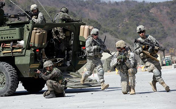 주한미군과 한국군이 합동 군사훈련을 하고 있다.