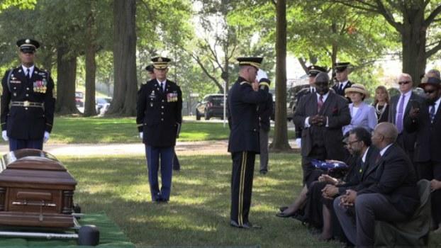 22일 미국 버지니아주 알링턴국립묘지에서 열린 고 윌리엄 존스 미 육군 일병의 유해 안장식. 존스 일병은 지난해 북한에서 55개 상자에 담겨 미국으로 송환된 미군 유해들 가운데 신원이 확인되어 이날 가족들 앞에서 그 유해가 안장되었다.