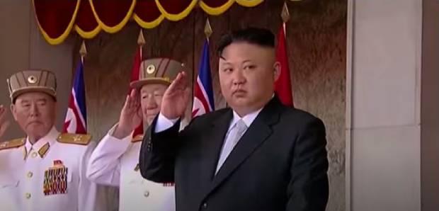 미국 전략사령부가 지난 20일 공개한 유튜브 동영상에서 김정은 국무위원장과 황병서 총정치국장이 탱크에 타고 있는 북한 군인들에게 사열을 받고 경례하고 있다.