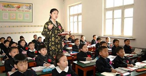 평양능라소학교 신입생들의 첫 수업 모습.
