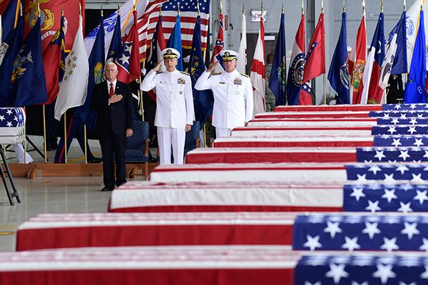 2018년 8월 1일 미국 하와이 펄하버-히컴 미 공군기지에서 열린 미군유해 봉환식이 마이크 펜스 부통령(왼쪽) 등이 참석한 가운데 엄수되고 있다.