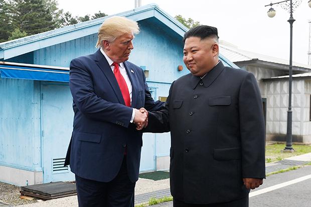 트럼프 대통령과 김정은 위원장이 지난 6월 판문점에서 악수를 하고 있다.