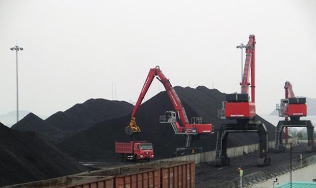 지난 2015년 나진항에 도착한 열차에서 러시아산 석탄을 내리는 모습.