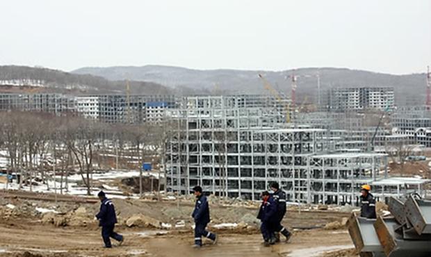 러시아 극동 블라디보스토크 남쪽 루스키섬 건설현장에 나타난 북한 노동자들.