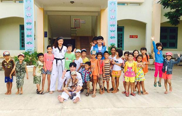 마을 아이들에게 태권도를 가르치는 모습. (사진제공: 박정주)