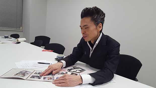 지난 3월 28일 도쿄 납치문제대책본부 회의실에서 만난 요시다 나오야 씨. 요시다 씨가 친구 메구미 씨의 어린 시절 사진을 보여주고 있다.
