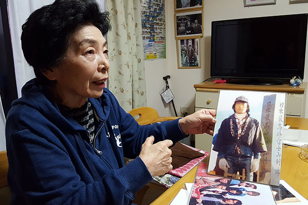 사이토 후미요 씨가 납치되기 전 동생 카오루 씨의 사진을 보여주고 있다.